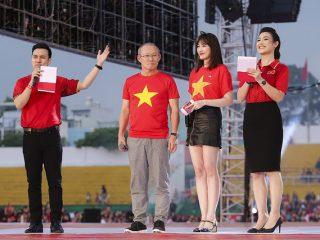 Hariwon làm phiên dịch viên tiếng Hàn siêu chuẩn cho HLV Park Hang Seo