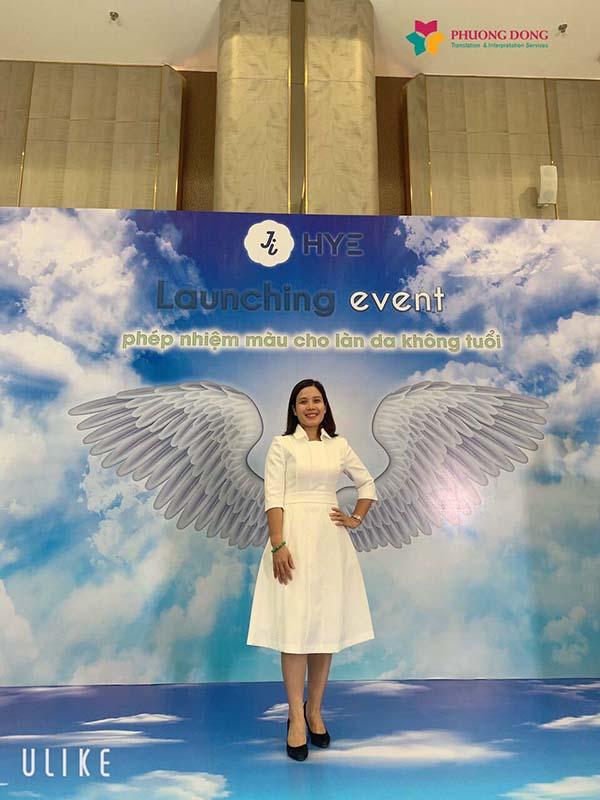 Phiên dịch viên tiếng Hàn Thùy Vân tại một sự kiện ra mắt sản phẩm mới